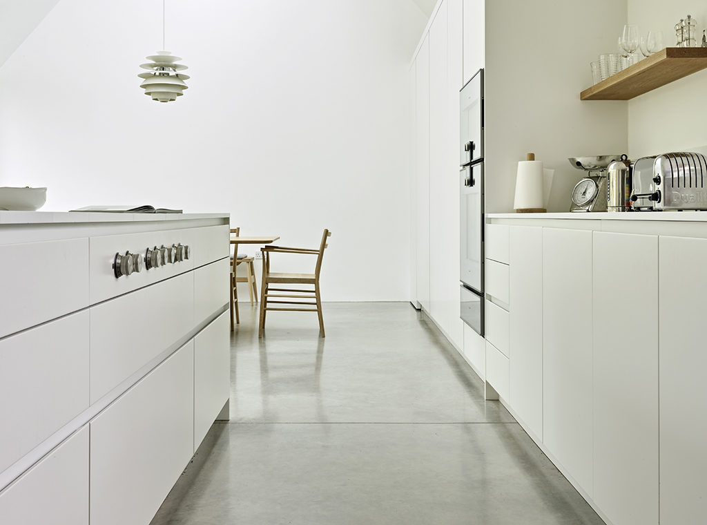 Handleless white kitchen design in a scandi style